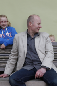 Henk Hanssen met kinderen